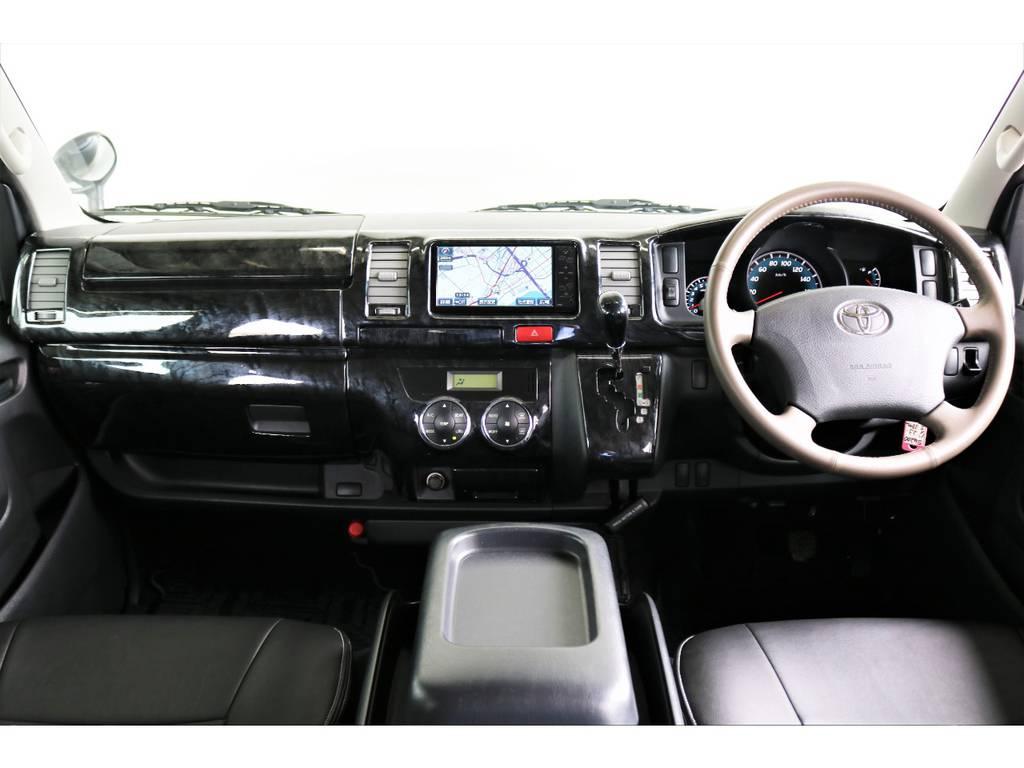 黒木目調フロントインテリアパネル/シフトノブです!高級感がある運転席ですね!
