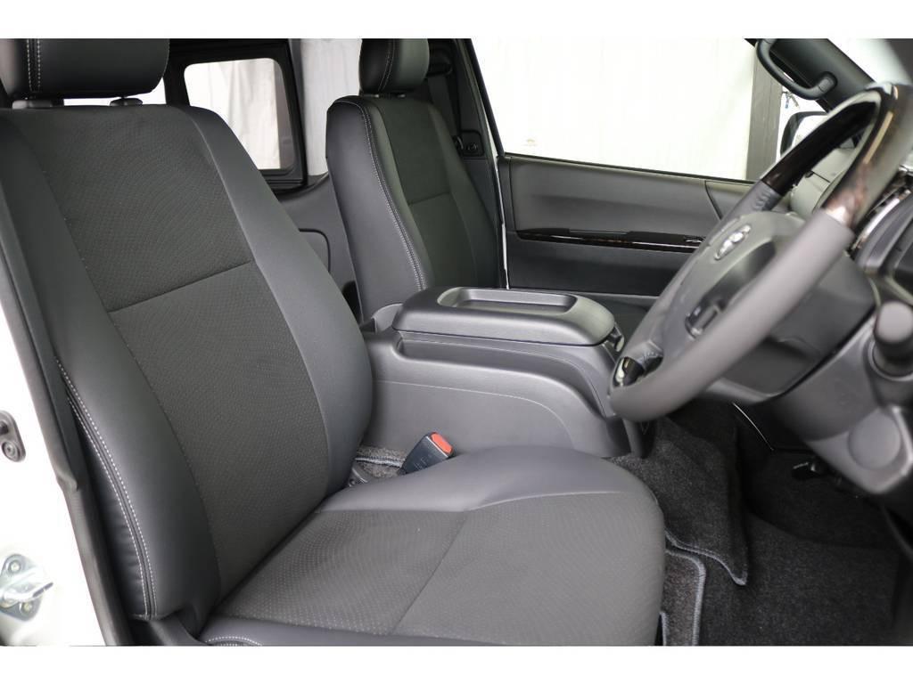 運転席開口部です!!ハーフレザー調シートとダークグレーの色合いがより魅力を感じます!