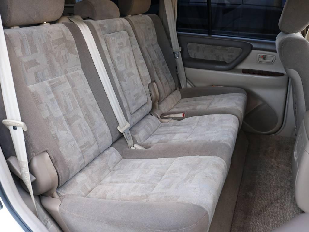 後部座席は3人乗り!真ん中の座席は使用しないときは肘置きにできます! | トヨタ ランドクルーザー100 4.7 VXリミテッド 4WD