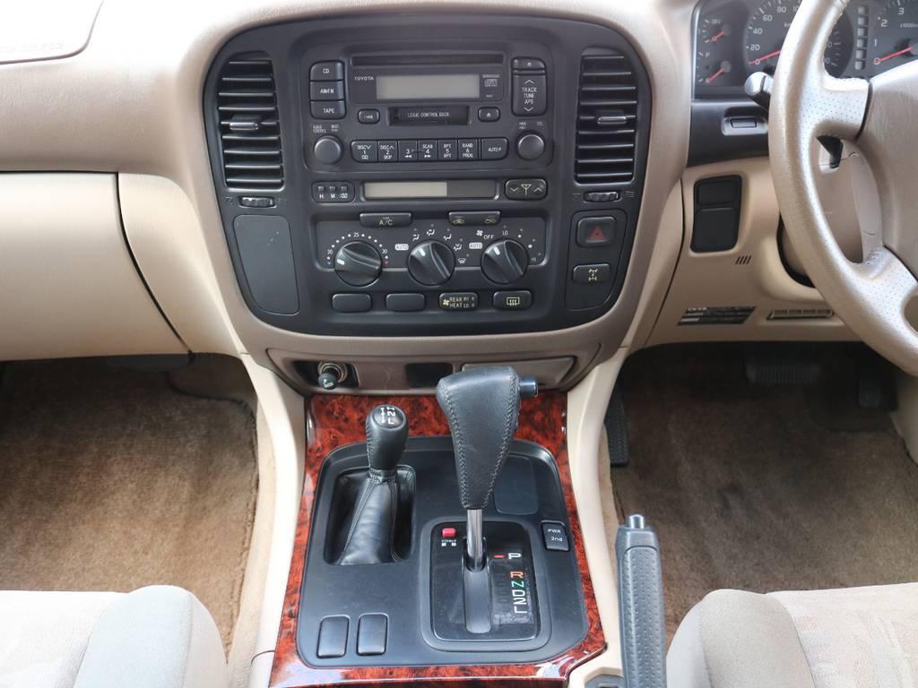 木目のシフト周りがオシャレですね! | トヨタ ランドクルーザー100 4.7 VXリミテッド 4WD