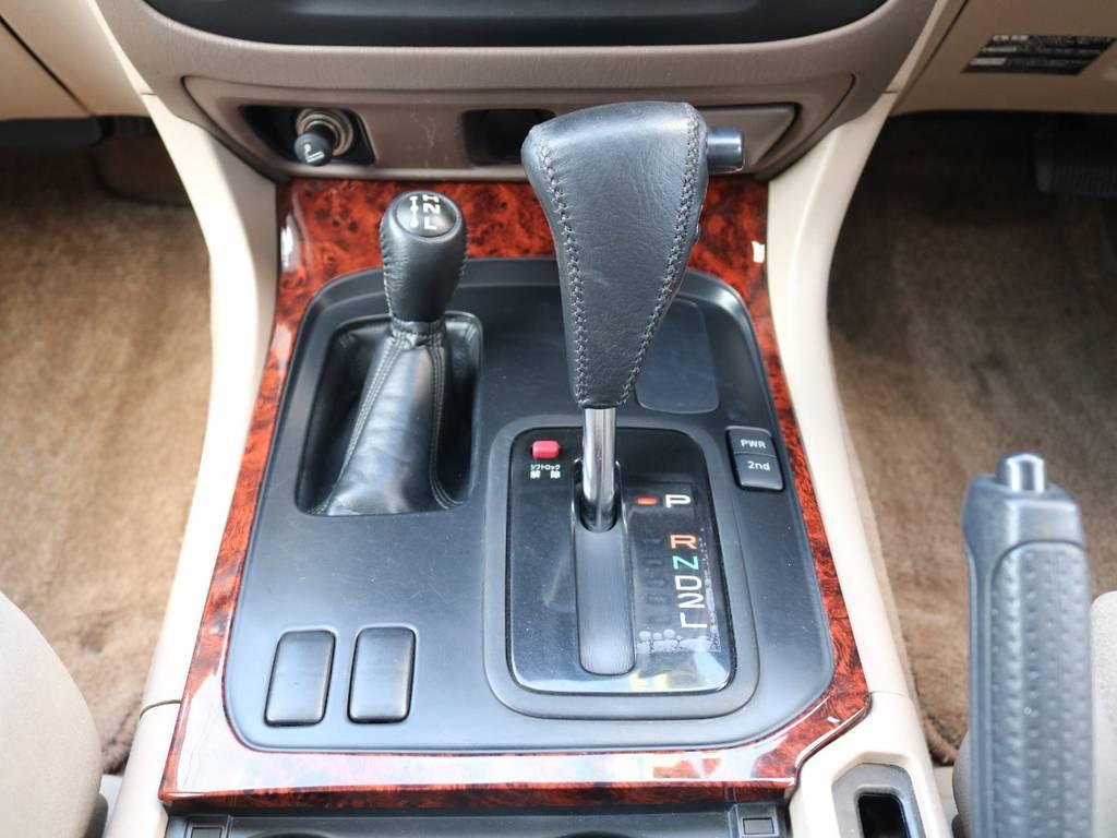 運転の簡単な4速AT♪セカンドスタートも搭載しておりますので雪道でも心強いです! | トヨタ ランドクルーザー100 4.7 VXリミテッド 4WD