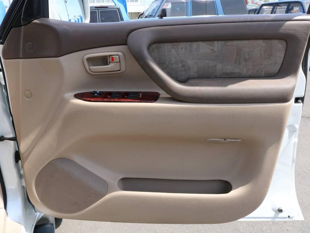 ドアパネルに大きな傷も見当たらずグッドコンディション! | トヨタ ランドクルーザー100 4.7 VXリミテッド 4WD