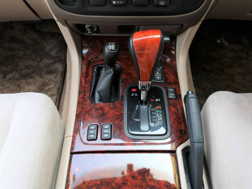 シフト周りは木目調で統一、シフトノブは木目調にカスタムしております♪ | トヨタ ランドクルーザー100 4.7 VXリミテッド Gセレクション 50thアニバーサリーエディション 4WD