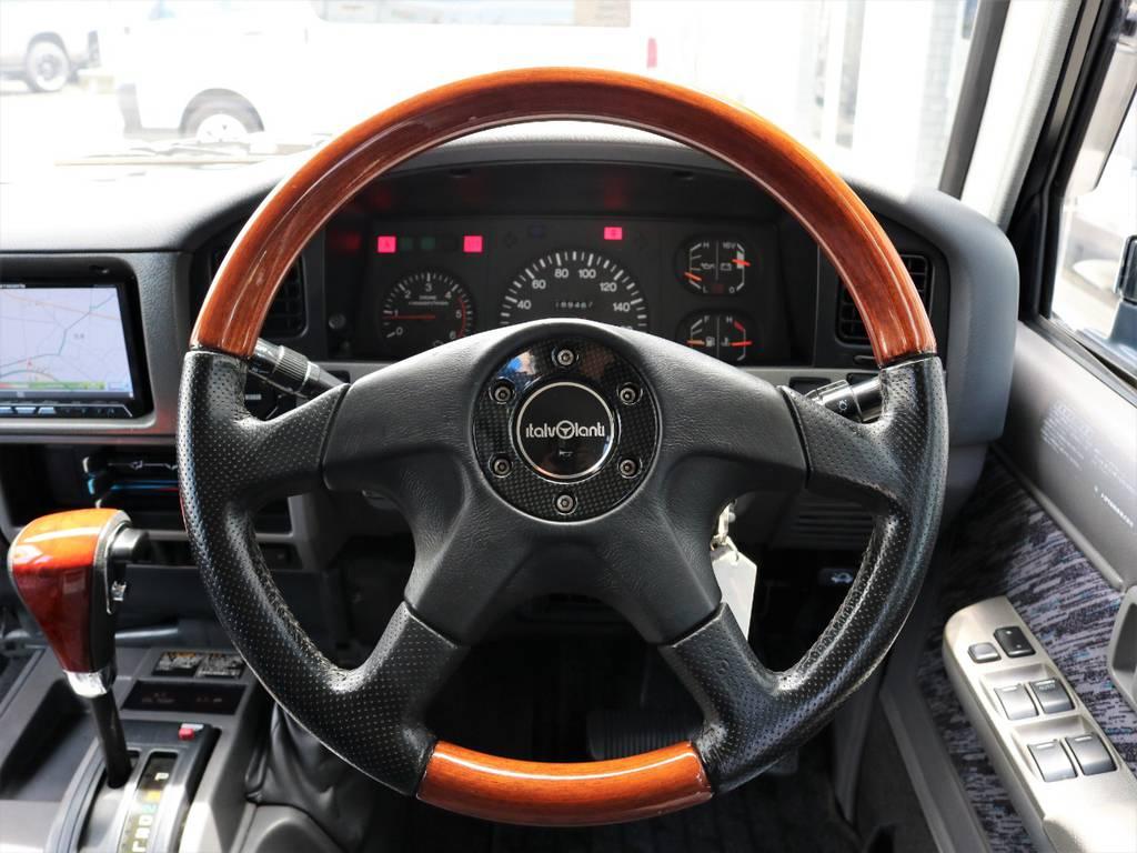 ステアリングはウッド調の物に交換済みです。ウッド調ステアリングが合うのはクラシカルなお車ならではですね。 | トヨタ ランドクルーザープラド 3.0 SXワイド ディーゼルターボ 4WD