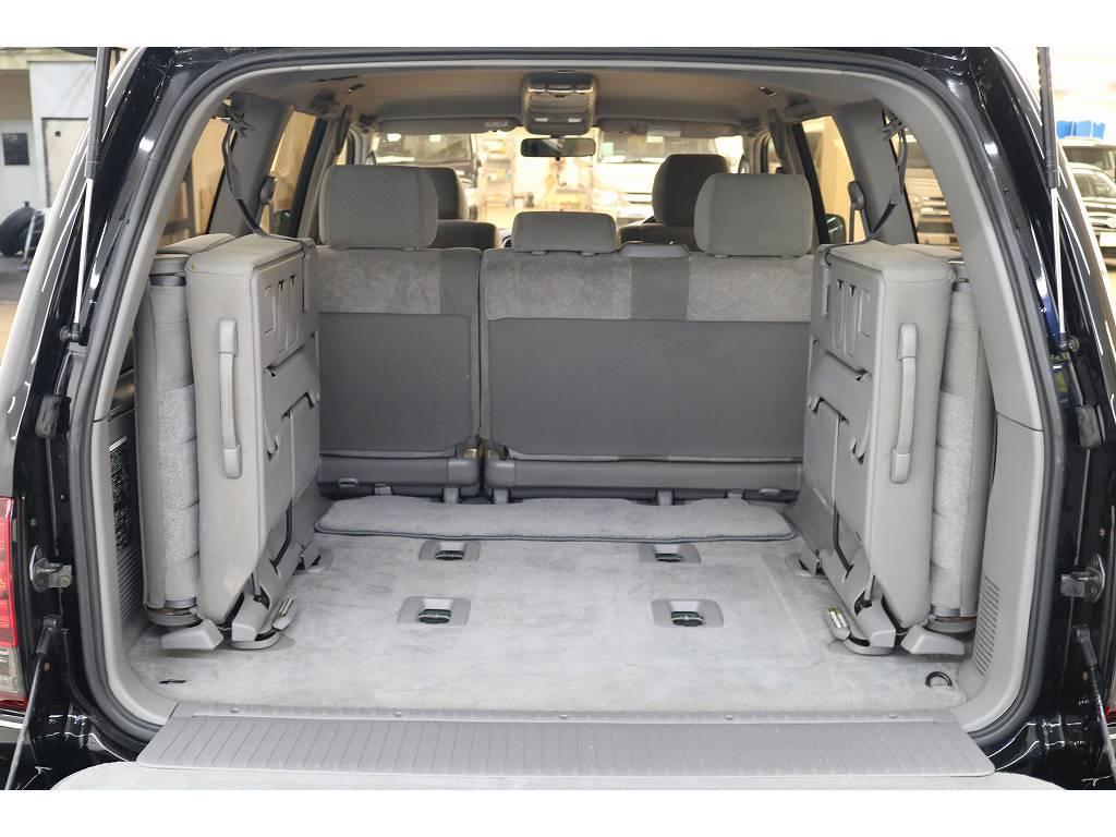 3列目シートは跳ね上げ式となりますので荷室も確保出来ます♪ | トヨタ ランドクルーザー100 4.7 VXリミテッド 4WD