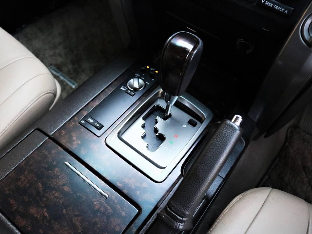 気品のあるシフトレバーがより一層高級感を漂わせています♪ | トヨタ ランドクルーザー200 4.7 AX Gセレクション 4WD