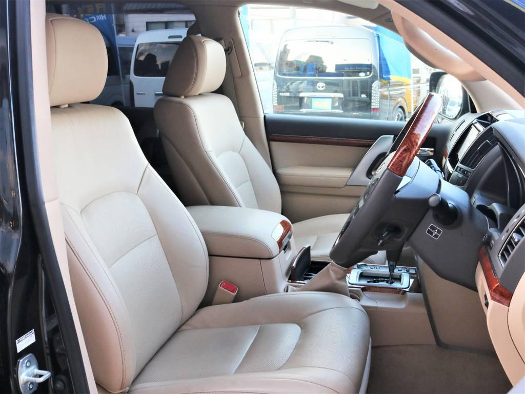 ランクルのボディサイズがあってこその広々とした運転席です☆