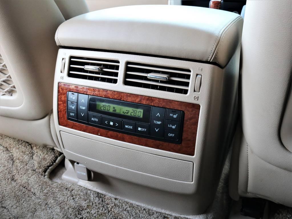 センターコンソールの背面には、後部座席用のエアコンも装備されております!
