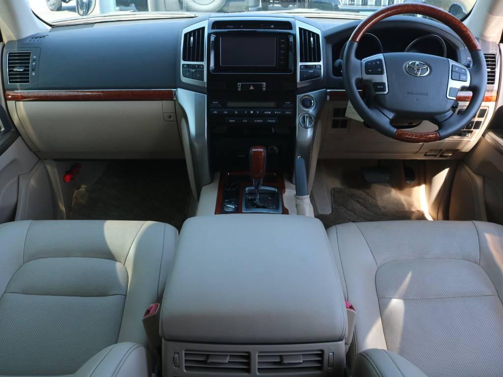 ベージュを基調とした内装にウッドパネルが良く合いますね☆   トヨタ ランドクルーザー200 4.6 AX Gセレクション 4WD