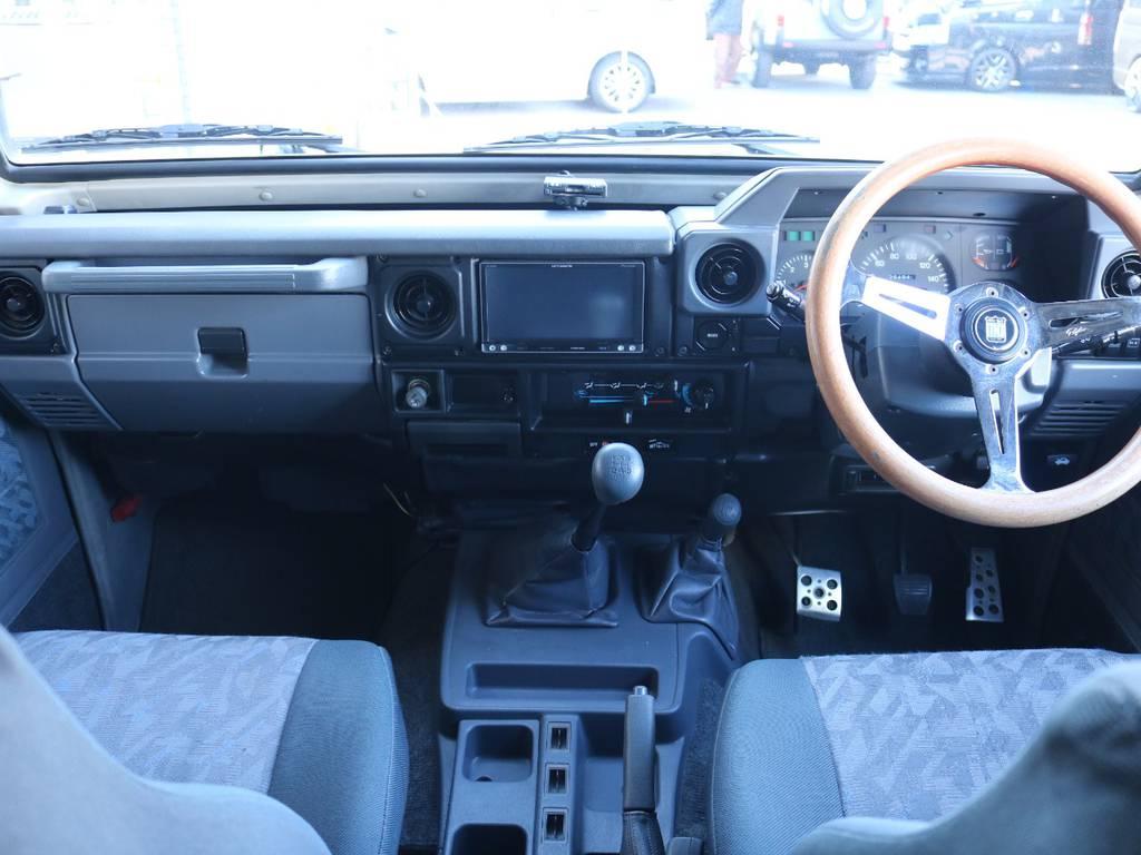 広々したインパネに大きなFガラスで運転視界もグッド! | トヨタ ランドクルーザー70 4.2 ZX FRPトップ ディーゼル 4WD