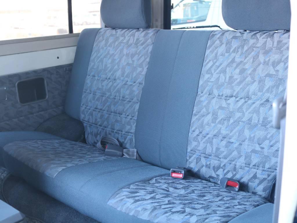 セカンドシートに大きなヘタリも無くグッドコンディション! | トヨタ ランドクルーザー70 4.2 ZX FRPトップ ディーゼル 4WD