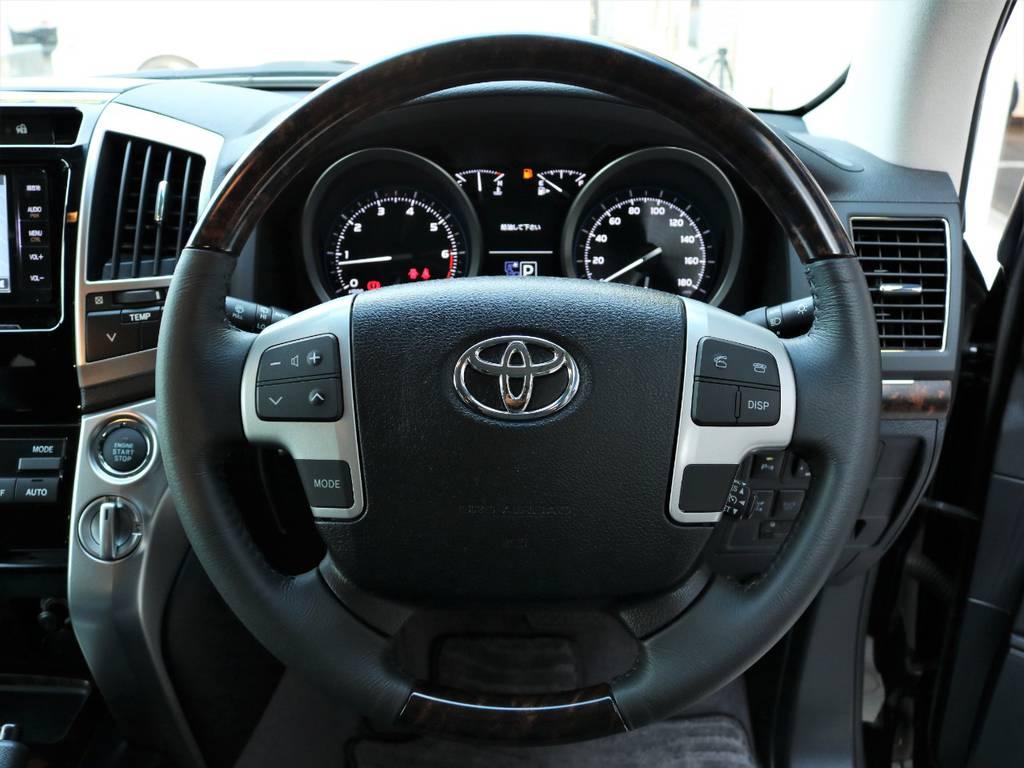 ステアリングにはナビの操作などストレスなくできるスイッチがついておりますので快適にドライブ出来ます♪   トヨタ ランドクルーザー200 4.6 AX 4WD