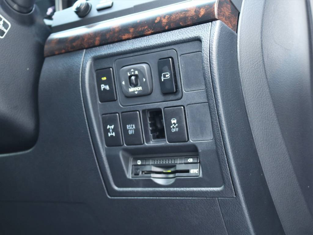 ETCは標準装備はもちろんの事、多数オプションスイッチが搭載されておりますので状況に応じて走行することが出来ます♪   トヨタ ランドクルーザー200 4.6 AX 4WD