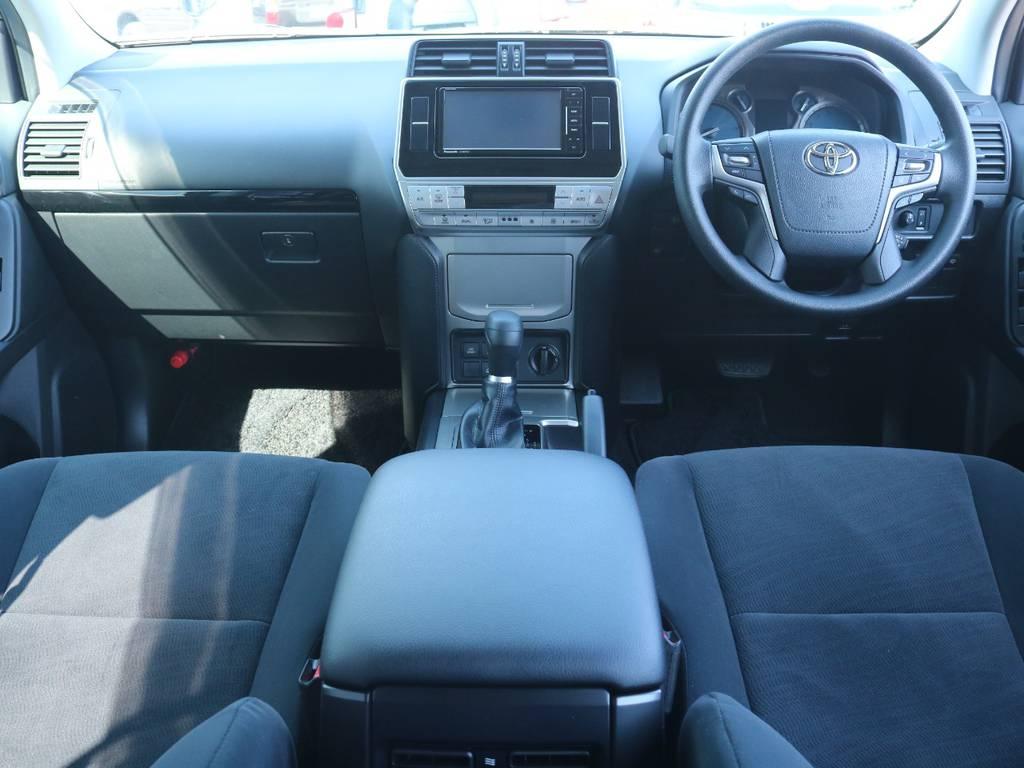 広々したインパネに大きなFガラスで運転視界もグッド! | トヨタ ランドクルーザープラド 2.8 TX ディーゼルターボ 4WD