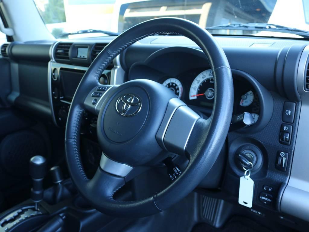 革巻きステアリングで高級感もあります! | トヨタ FJクルーザー 4.0 ブラックカラーパッケージ 4WD 2インチUP 20インチAW