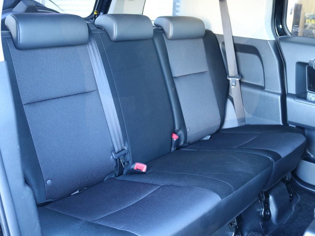 セカンドシートももちろん撥水ファブリックシート!チャイルドシートもシートベルト固定はもちろんのことISOFIXにも対応! | トヨタ FJクルーザー 4.0 ブラックカラーパッケージ 4WD 2インチUP 20インチAW
