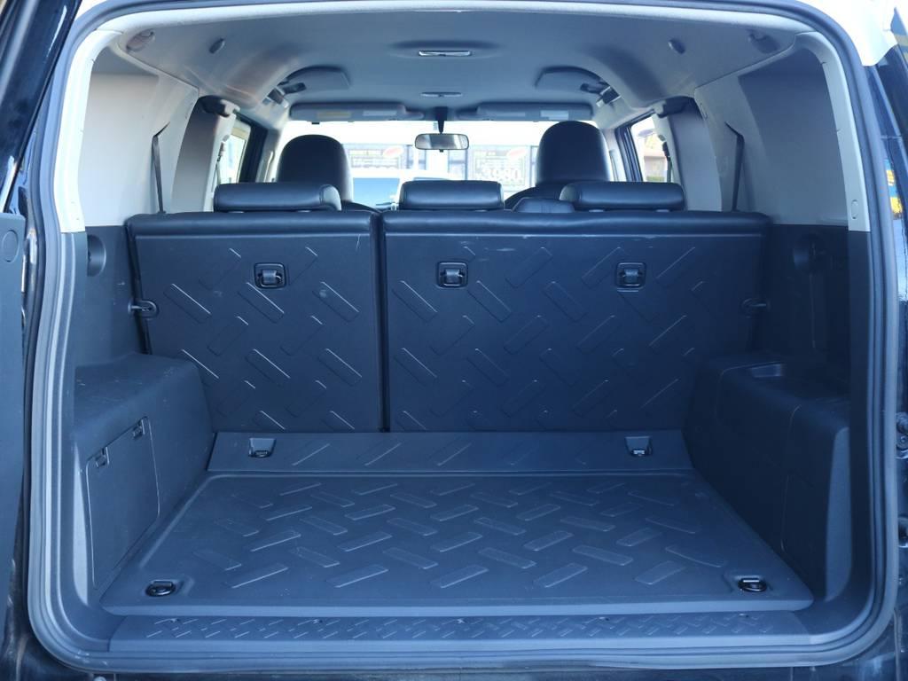 使い勝手の良いラゲッジルーム!全面フロア&デッキ防水カーペットがラバー調素材で掃除も楽々! | トヨタ FJクルーザー 4.0 ブラックカラーパッケージ 4WD 2インチUP 20インチAW