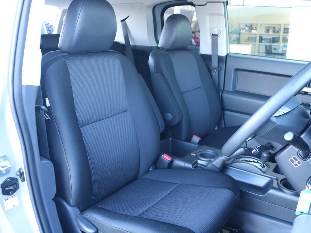 焦げ穴や大きなへたりも無く運転席の状態も良好です!撥水仕様のファブリックシートでアクティブに使えます! | トヨタ FJクルーザー 4.0 オフロードパッケージ 4WD 4.0 オフロードパッケージ 4WD