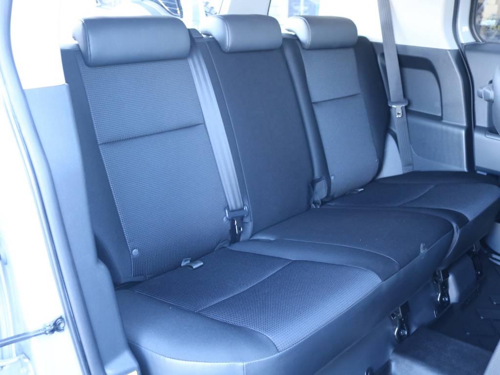 セカンドシートももちろん撥水ファブリックシート!チャイルドシートもシートベルト固定はもちろんのことISOFIXにも対応! | トヨタ FJクルーザー 4.0 オフロードパッケージ 4WD 4.0 オフロードパッケージ 4WD