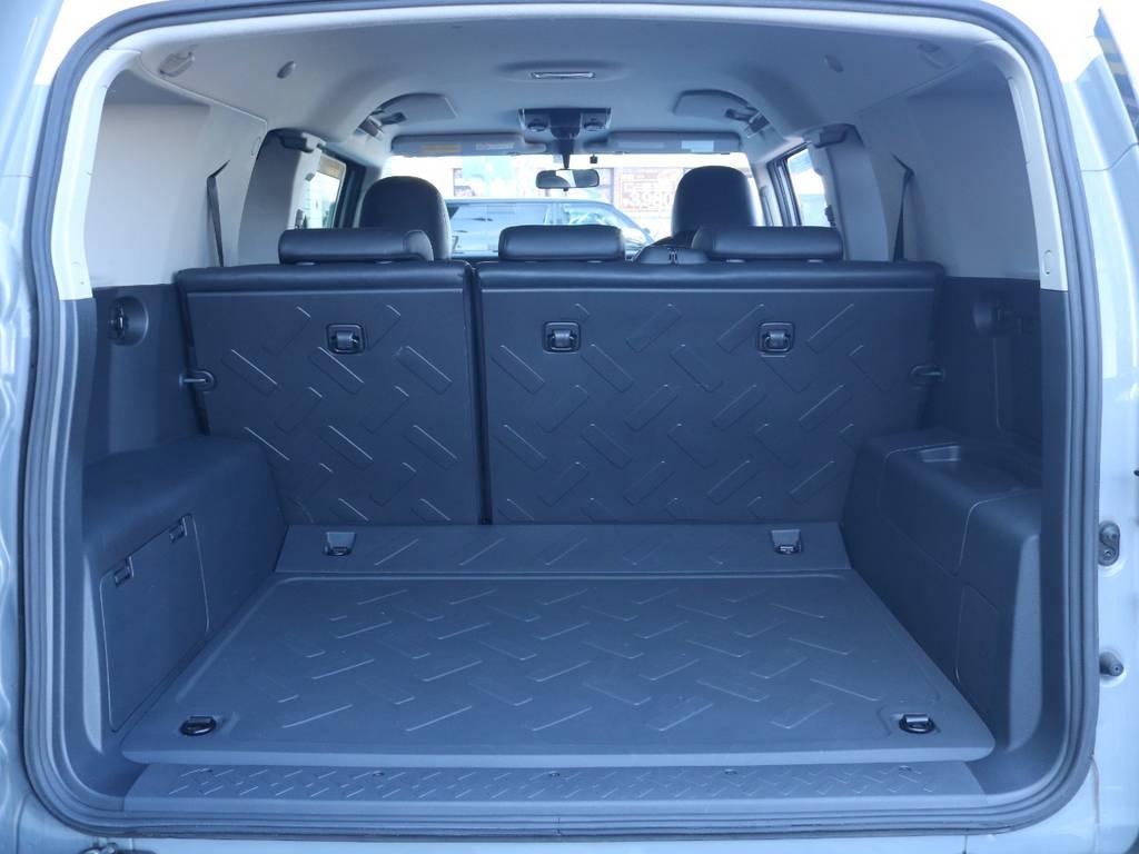 使い勝手の良いラゲッジルーム!全面フロア&デッキ防水カーペットがラバー調素材で掃除も楽々! | トヨタ FJクルーザー 4.0 オフロードパッケージ 4WD 4.0 オフロードパッケージ 4WD