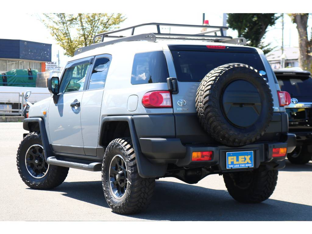 迫力あるリアビュー!背面タイヤも交換する事でよりワイルドな印象に!純正オプションのリアワイパーも装着されております!