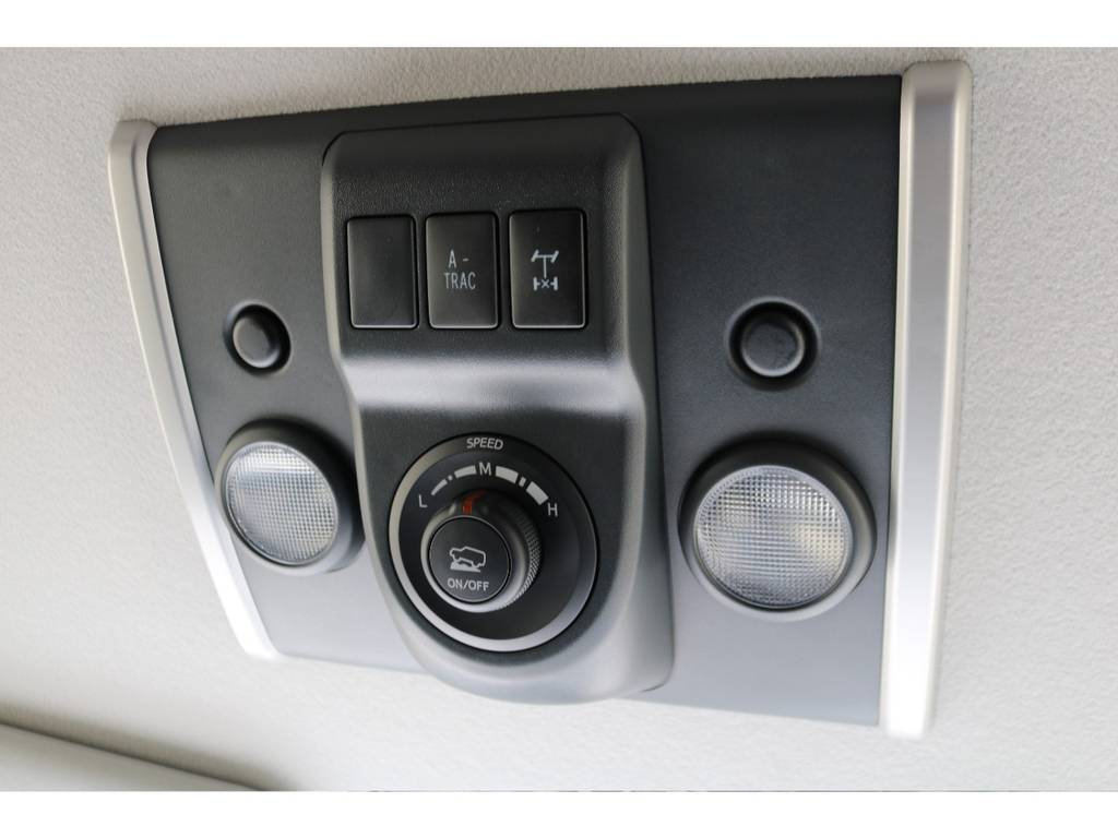 オーバーヘッドコンソール部にはオフロードパッケージ専用のクロールコントロールが装着されております!