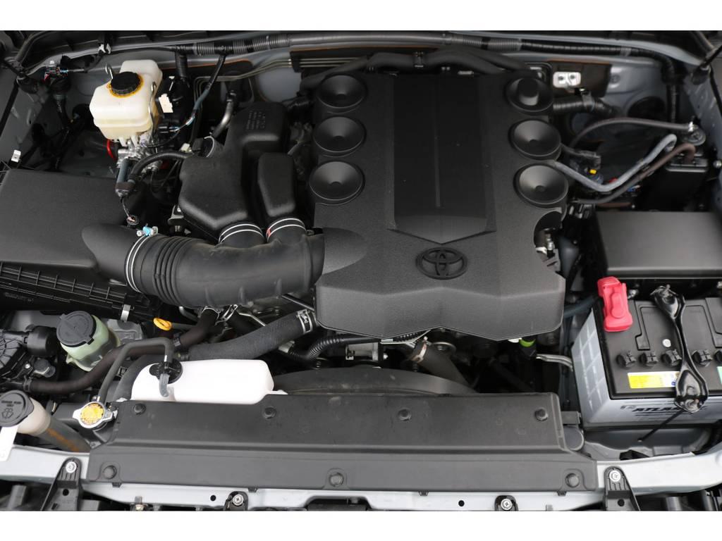 キレイに保たれているエンジンルーム!V6・4000ccのエンジンは、見た目と反したパワフルな走りが特徴です!