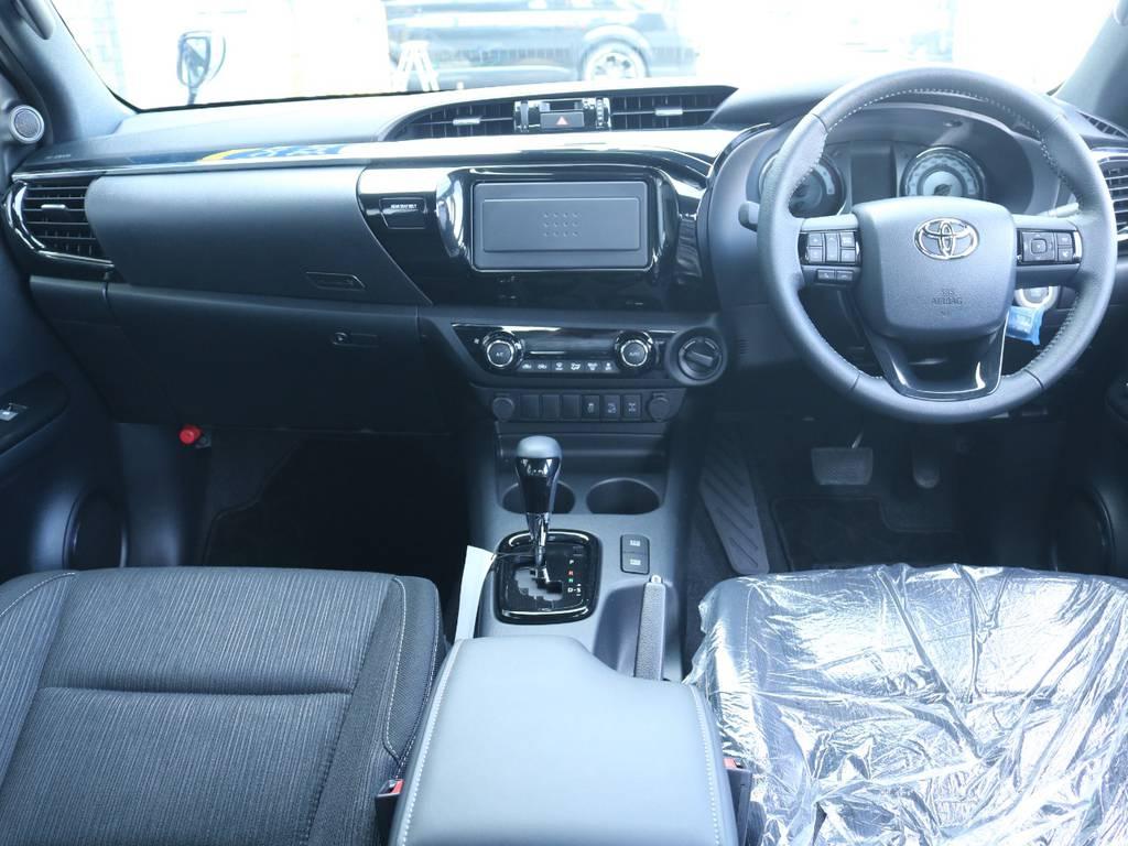 広々したインパネに大きなFガラスで運転視界もグッド! | トヨタ ハイラックス 2.4 Z ブラック ラリー エディション ディーゼルターボ 4WD Z Black Rally Edit