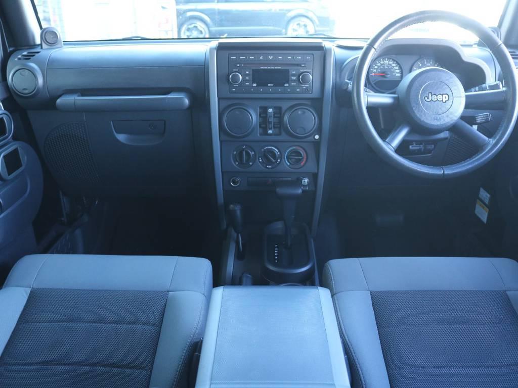 広々したインパネに大きなFガラスで運転視界もグッド!   ジープ ラングラー アンリミテッド スポーツ 4WD アンリミテッド スポーツ 4WD