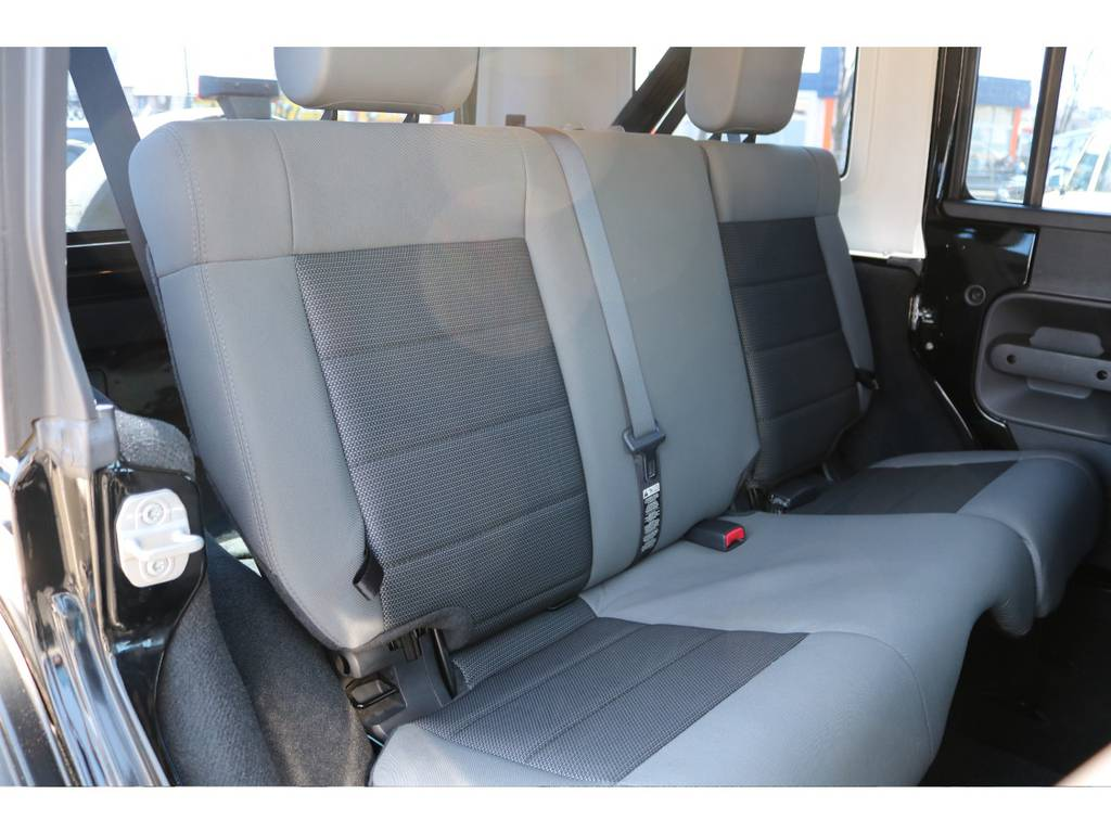 後部座席にも大きなヘタリは見当たらず綺麗な状態です! | ジープ ラングラー アンリミテッド スポーツ 4WD アンリミテッド スポーツ 4WD