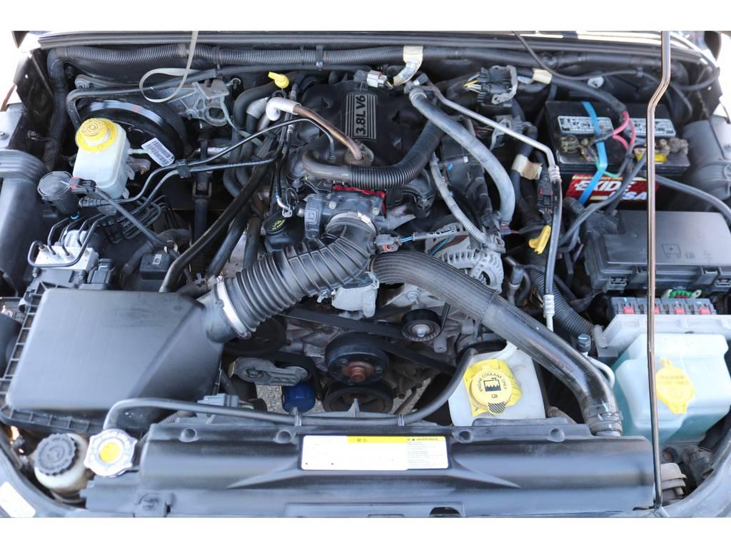 パワフルな3800ccエンジン!エンジンルーム内もキレイな状態を維持! | ジープ ラングラー アンリミテッド スポーツ 4WD アンリミテッド スポーツ 4WD