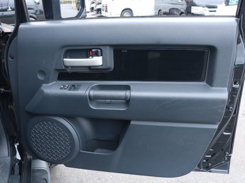 ドアトリムに大きな傷も無くグッドコンディション! | トヨタ FJクルーザー 4.0 ブラックカラーパッケージ 4WD 2UP KM3