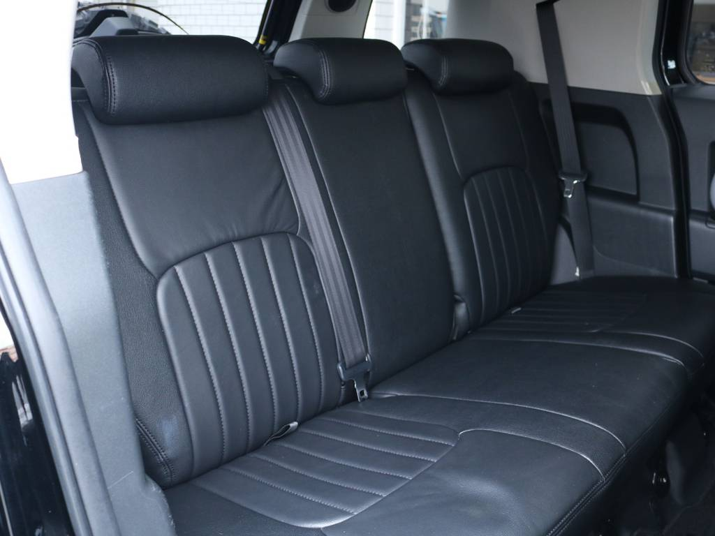 広々したセカンドシート!チャイルドシートも装着可能です! | トヨタ FJクルーザー 4.0 ブラックカラーパッケージ 4WD 2UP KM3