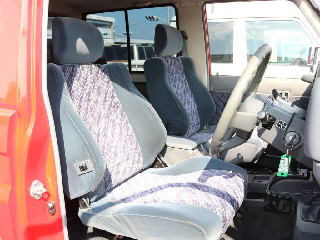 運転席は大きなへたりもなく綺麗に保たれております☆