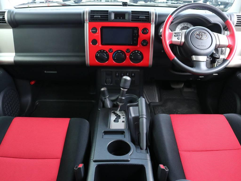 ボディと同色で統一感のあるインパネ。スイッチ・レバー対が大きい為操作性も良く、運転中でも楽にエアコン切り替えなどが可能です。