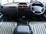 シックな雰囲気で統一された内装。運転席から手の届く範囲にスイッチが配置されていますので、操作性もヨシです。