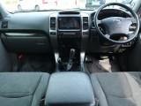 専用仕様のシート・ハンドル・シフトノブで他の120プラドと差を付ける一台です。外装も大事ですが、運転する際良く目につくのは内装ですよね?