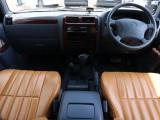 オリジナルシートカバーにておしゃれな仕上がりの内装です。コンパクトなサイズですので操作性も抜群。