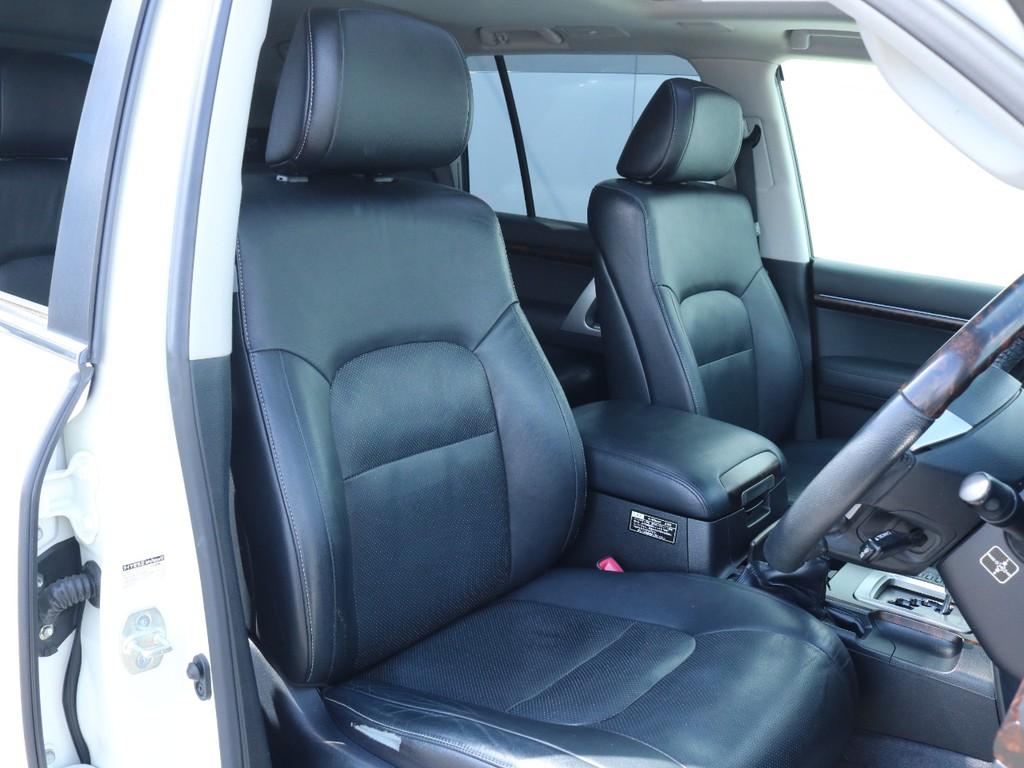 パンチングのブラックレザーシート。シートヒーター&ベンチレーション付きで一年中快適です。