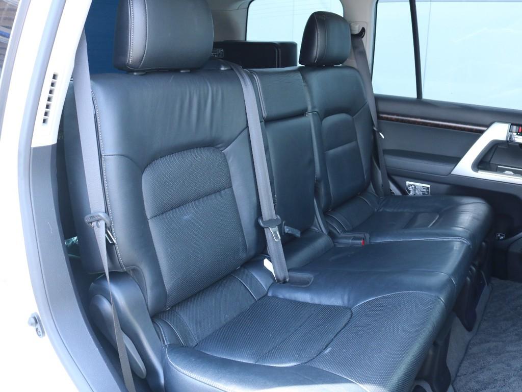 後席もゆったりくつろげるサイズです。四駆車とは思えない程快適ですので是非一度座ってみて下さい。