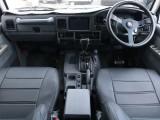 外装だけでなく、車内もブラックで統一。最新セダン車ほどではありませんが、大人でシックな雰囲気があります。