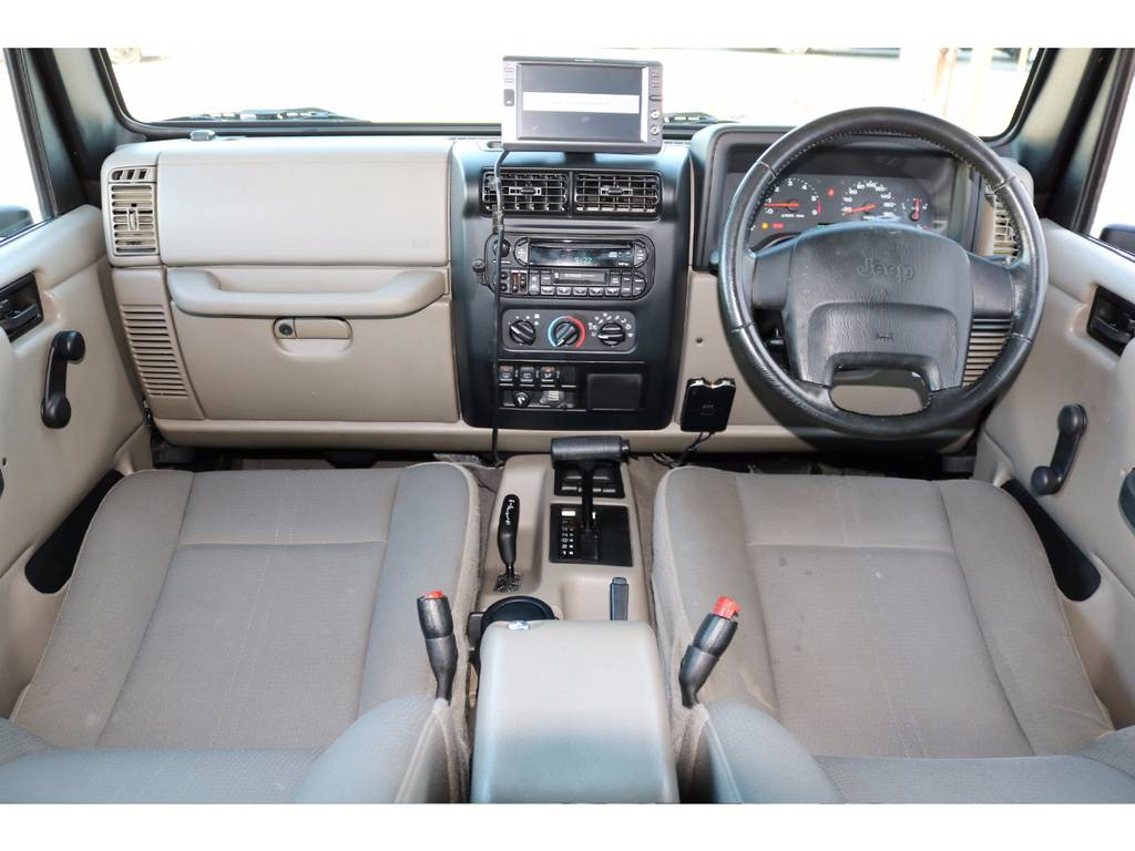 ~ 国産車にはなかなかないアメ車らしいシンプルなコックピット ~ | ジープ ラングラー サハラ ハードトップ 4WD