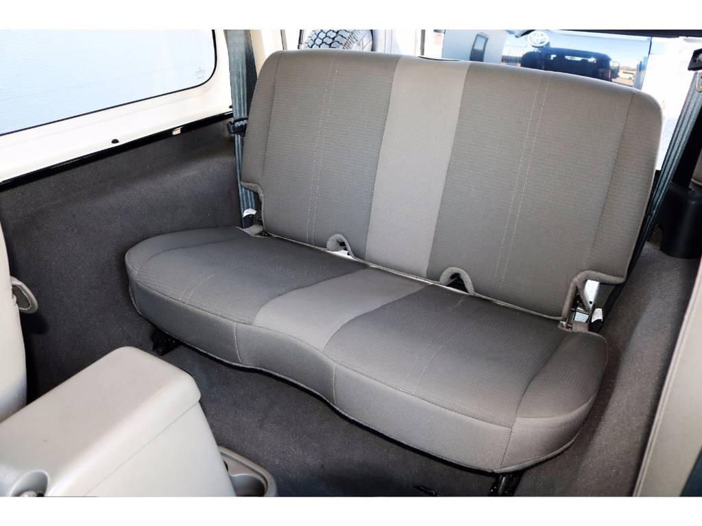 ~ リヤシートは折りたたみはもちろん、工具無しワンタッチで脱着可能です♪ ~ | ジープ ラングラー サハラ ハードトップ 4WD