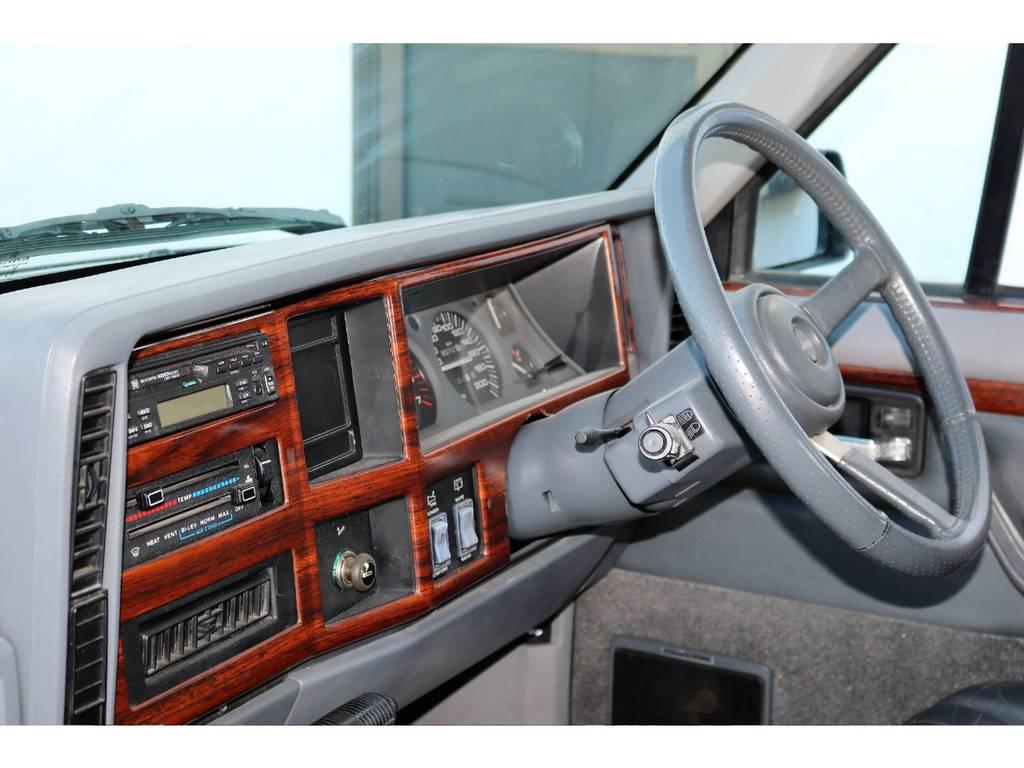 クラシカルな雰囲気タップリのインテリア♪ | ジープ チェロキー リミテッド 4WD