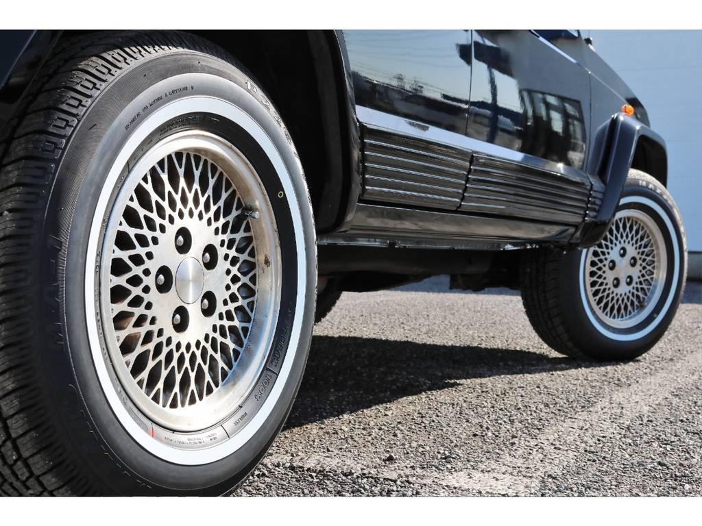 前期リミテッド純正スポークホイールにホワイトリボンタイヤがクラシックな雰囲気です♪ | ジープ チェロキー リミテッド 4WD
