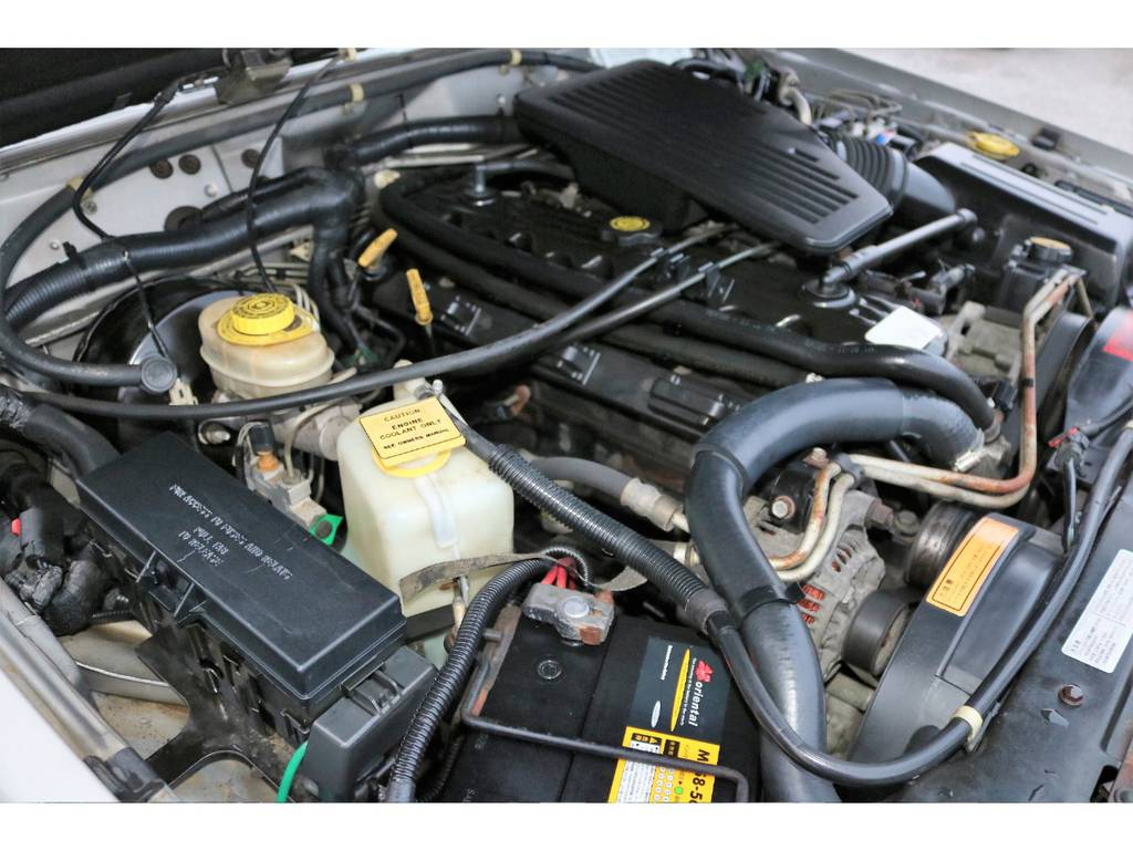 ご覧の通り綺麗なエンジンルーム☆別途安心メンテナンスパックもご用意しております。詳細はお気軽に担当スタッフまで♪   ジープ チェロキー スポーツ 4WD