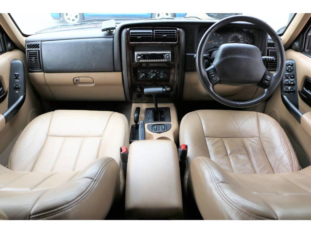 ベージュ内装の車内!気になる臭い等も無く清潔に保たれたインテリア♪ | ジープ チェロキー リミテッド 4WD