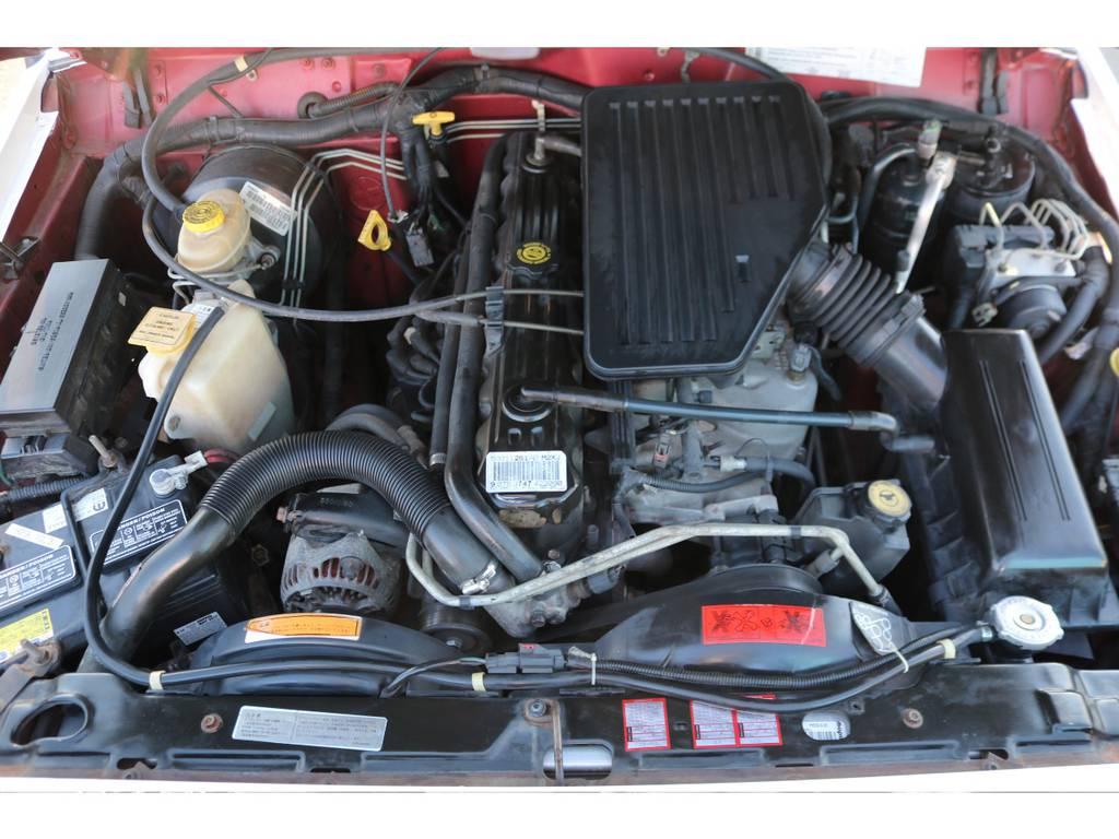 パワー不足を感じさせない4000㏄のパワフルなエンジン!ご覧の通り綺麗なエンジンルーム!別途安心メンテナンスパックもご用意しております。詳細はお気軽に担当スタッフまで♪ | ジープ チェロキー スポーツ 4WD