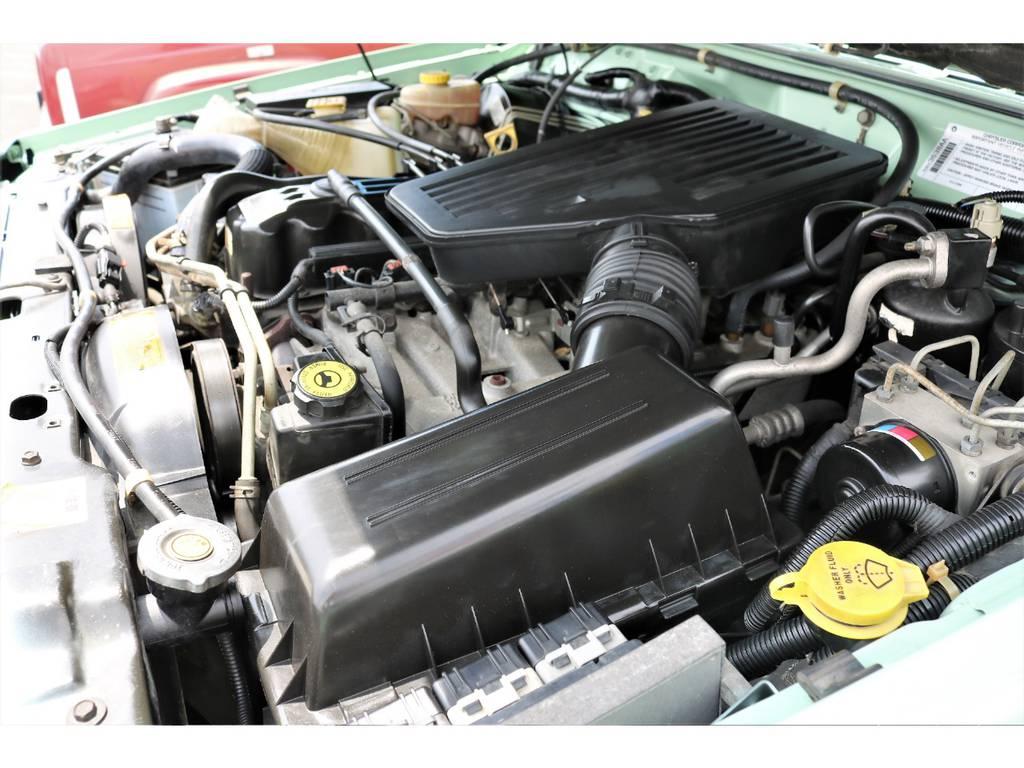 ご覧の様に綺麗なエンジンルーム☆別途安心メンテナンスパックもご用意しております。詳細はお気軽にスタッフまで♪ | ジープ チェロキー リミテッド 4WD