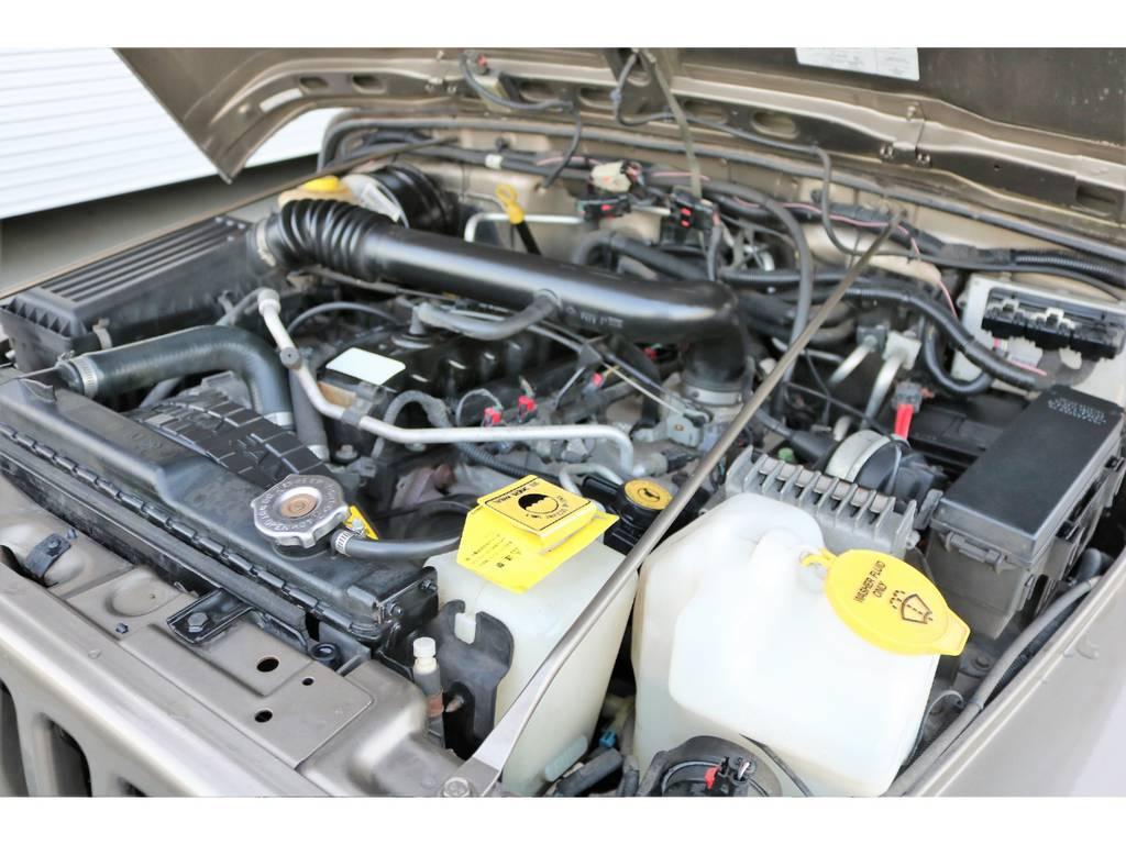 ご覧の通り綺麗なエンジンルーム☆別途安心メンテナンスパックもご用意しております。詳細はお気軽に担当スタッフまで♪ | ジープ ラングラー サハラ ハードトップ 4WD